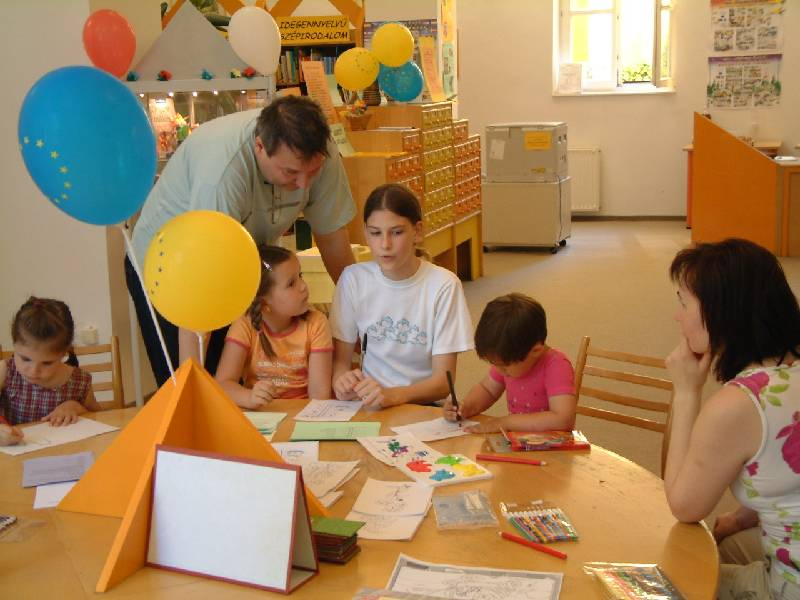 Kézműves foglalkozáson a gyerekek