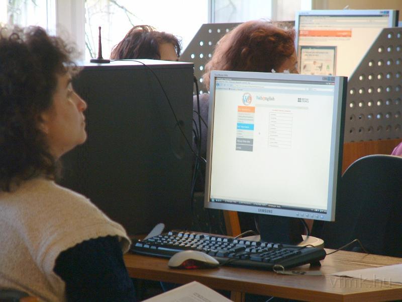 Egy hölgy számítógép előtt