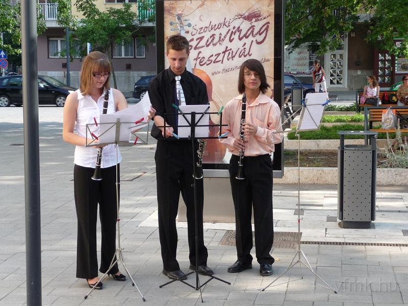 Hangszeren játszó gyerekek